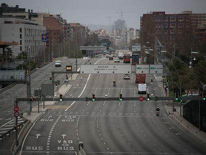 Poca afluencia de vehiculos en el acceso de la Meridiana a la capital catalana.
