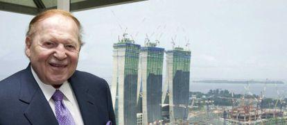 Sheldon Adelson, en 2009 frente a las obras de su casino en Singapur.