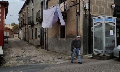 Un hombre pasea por el municipio de Alcañices, en Zamora.