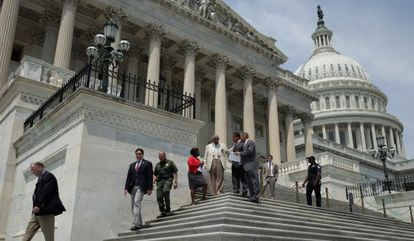 Miembros de la Cámara de Representantes abandonan el Capitolio.