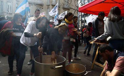 Organizaciones sociales preparan una olla popular en Plaza de Mayo durante una protesta en septiembre pasado.