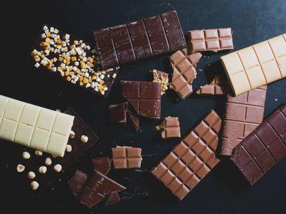 Surtido de tabletas de chocolate de varios tipos de cacao.