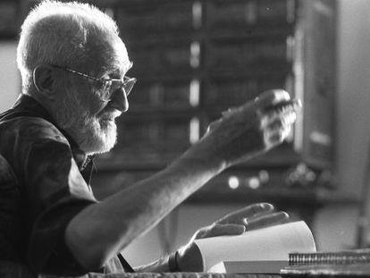 El escritor y economista, trabajando en su estudio, en el verano de 1995.