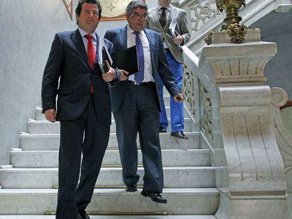 El consejero de Hacienda, José Manuel Vela, y el portavoz del Gobierno, José Císcar, tras el pleno del Consell.