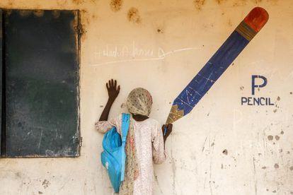 Aisha, de 13 años, vive en un campo de refugiados desde que miembros de Boko Haram atacaron su ciudad, mataron su padre y secuestraran a su madre.