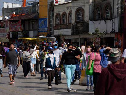 Personas caminan por el centro del municipio de Naucalpan (Estado de México).