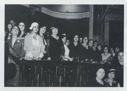 Carmen de Burgos 'Colombine', en el centro de negro y con collar, en una conferencia contra la pena de muerte, en el Ateneo de Madrid en 1931. Imagen publicada en la biografía de la escritora realizada por Concepción Núñez en 2005, editada por la Fundación José Manuel Lara.