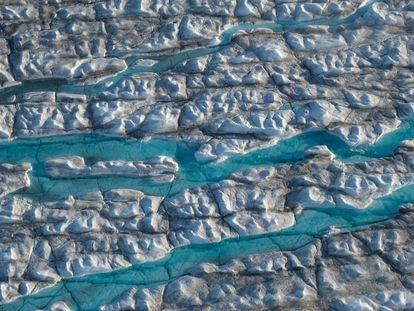 La imagen, tomada en agosto pasado desde un avión, muestra los ríos de agua derretida que discurren por el glaciar Sermeq Vangnardleq, en Groenlandia.