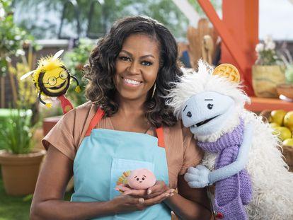 Michelle Obama, junto a las marionetas infantiles del programa familiar que presenta y produce en Netflix.