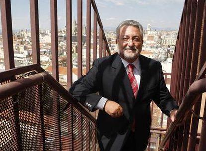 El ministro de Sanidad, Bernat Soria, sube a la azotea de la sede de su departamento.