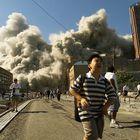 La gente huyó cuando la Torre Norte del World Trade Center se derrumbó después de que el avión secuestrado golpeara el edificio.