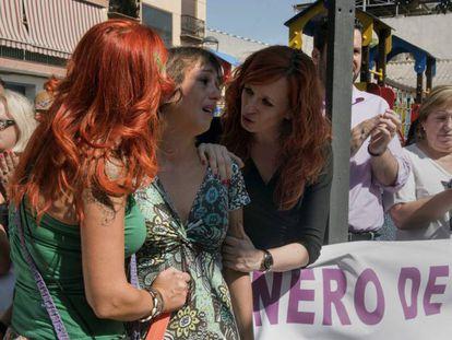 Juana Rivas, en el centro, durante una protesta este martes en Maracena (Granada).