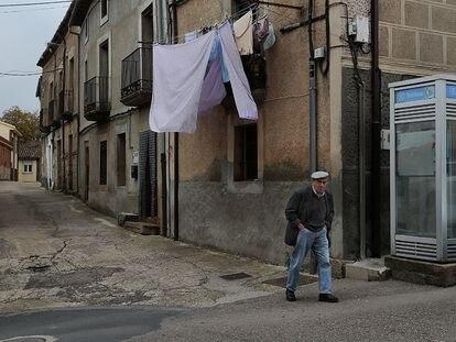 Un hombre pasea en el municipio de Alcañices (Zamora).