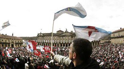 Los manifestantes abarrotan la Praza do Obradoiro, en la que no pudieron entrar todos los participantes en la multitudinaria protesta.