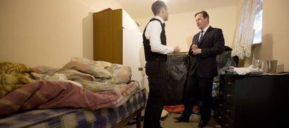 David Cameron visita una casa asaltada por agentes de inmigración en busca de inmigrantes, al oeste de Londres.
