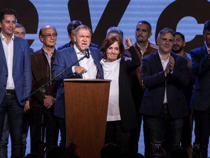 El gobernador de Córboba, el peronista Juan Schiaretti, celebra el domingo por la noche su triunfo electoral.