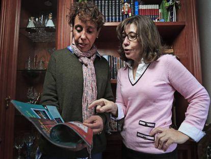 Belén Marañón (izquierda), comercial del Círculo de Lectores, y su clienta Yolanda Heras, en Madrid.