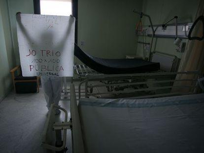 Un trabajador del hospital Vall d'Hebron protesta contra el cierre de camas.