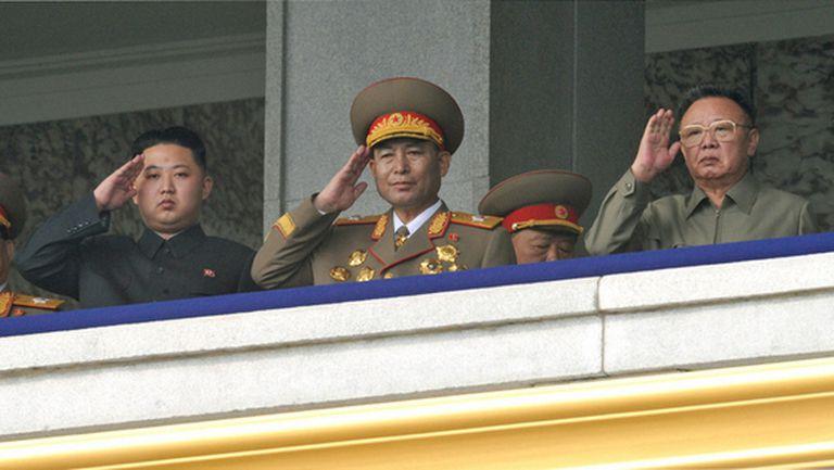 Kim Jong-il (derecha) y su hijo Kim Jong-un (izquierda) hacen un saludo militar al paso del desfile, el 10 de octubre.