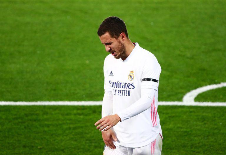 Eden Hazard se duele tras lesionarse en el partido contra el Alavés el 28 de noviembre.
