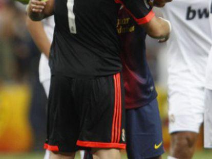 Casillas y Xavi se abrazan al finalizar el partido de ayer.