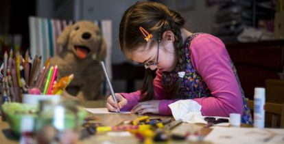 Szirka Voith, una niña húngara de nueve años con síndrome de Down, en su casa en Budapest (Hungría).