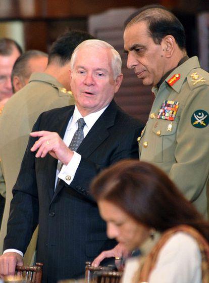 El secretario de Defensa de EE UU, Robert Gates, conversa con el general paquistaní Pervez Kayani, ayer en Washington.