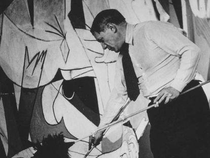 Picasso, pinta el 'Guernica', en 1937. En vídeo, así se hizo el cuadro.