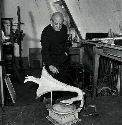 Picasso con el fonógrafo diseñado por Óscar Domínguez.