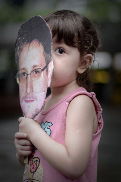 Una niña con una careta de Snowden en Hong Kong.