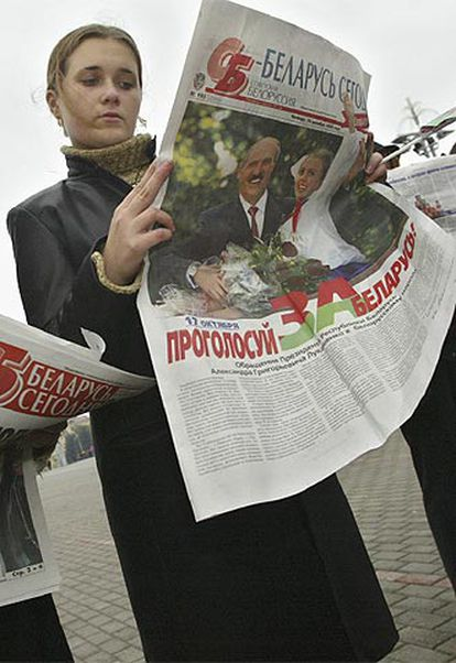 Militantes anti-Lukashenko protestaban ayer en Minsk.
