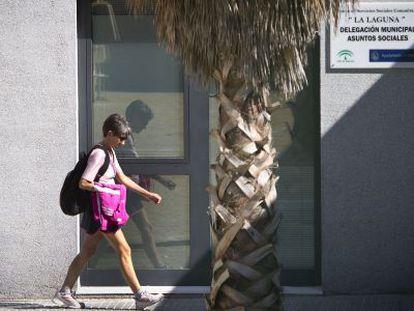 Una mujer pasea por delante del centro de asuntos sociales de La Laguna.