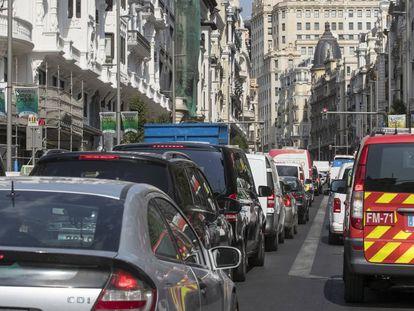 Atasco en la Gran Vía durante el primer día sin multas en Madrid Central.