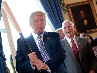Trump aparenta batear ante el vicepresidente, Mike Pence, en julio pasado en la Casa Blanca.