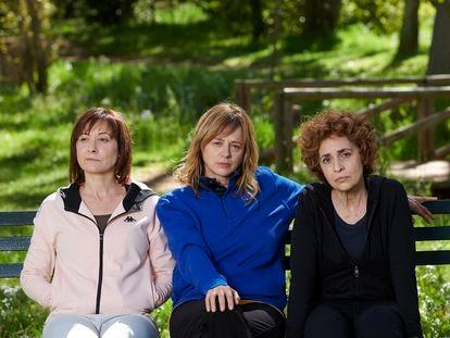 Desde la izquierda, Nathalie Poza, Emma Suárez y Adriana Ozores, en 'Invisibles'.