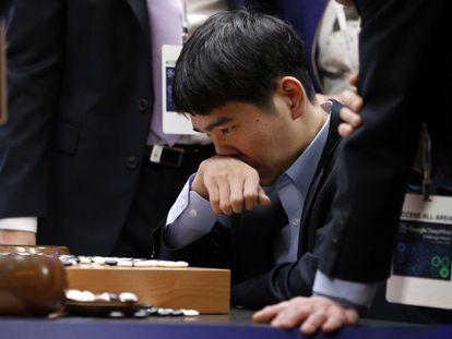 Sedol concentrado en el tablero tras perder la última partida del torneo frente al programa 'AlphaGo'.