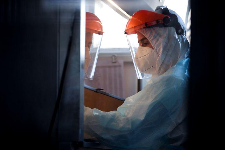 Un trabajador del Instituto de Ciencias Biomédicas de la Universidad de Chile trabaja con un test de coronavirus.