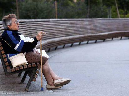 Una mujer jubilada, en un parque de Madrid.