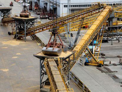 Un sistema de grúas descarga toneladas de soja importadas de Brasil en el puerto chino de Lianyungang,