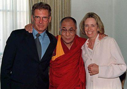 Melissa Mathison posa con su exmarido, Harrison Ford, y el Dalái lama (c), tras una cena en su honor en Beverly Hills en agosto de 1996.