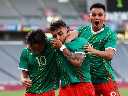 Diego Lainez, Alexis Vega y Carlos Rodríguez celebran el primer gol contra Francia, este jueves en los Juegos Olímpicos.