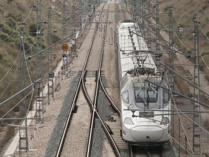 Un tren a su paso por el municio de Oropesa.