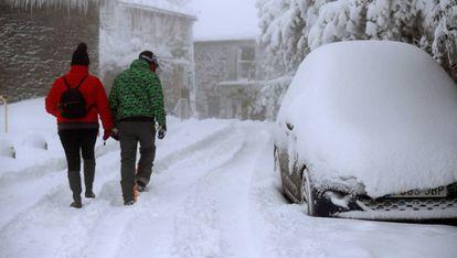 Una pareja camina entre la nieve el pasado viernes en O Cebreiro (Lugo).