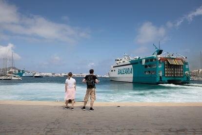 Unos turistas contemplan la salida de uno de los ferrys que atracan en Ibiza el pasado jueves.