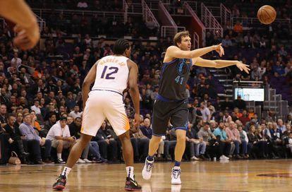 Nowitzki, ante TJ Warren en el Phoenix-Dallas.