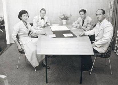 Florence Knoll dirigiendo una de esas reuniones en las que era la única mujer. De izquierda a derecha, el escultor Harry Bertoia, el diseñador gráfico y fotógrafo Herbert Matter y Hans Knoll. |