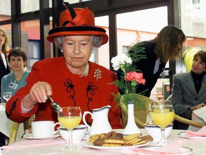 La reina Isabel II, tomando un desayuno en 1999.