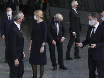 Antony Blinken (derecha) y Jens Stoltenberg (izquierda), este martes en Bruselas.