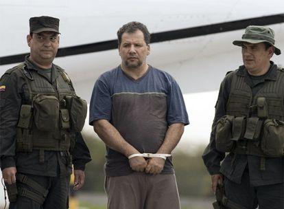 Daniel Rendón, alias <i>Don Mario</i>, es escoltado por policías colombianos a su llegada al aeropuerto de Bogotá.