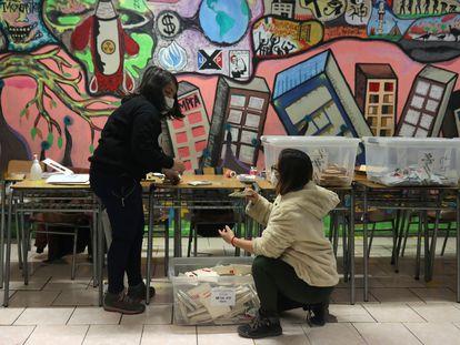Trabajadoras electorales cuentan los votos en Santiago de Chile, el pasado 16 de mayo.